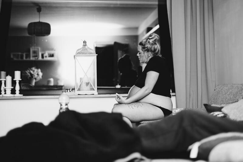 Frau veratmet Wehen, Geburtsfotografie